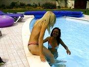 Lesben unter freiem Himmel, am Pool